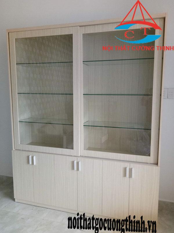 Tủ trưng bày đựng mỹ phẩm gỗ công nghiệp MDF phủ Melamine vân màu sáng, 2 cánh cửa khung gỗ mặt kính dạng trượt lắp đặt tại Spa Quận Thủ Đức